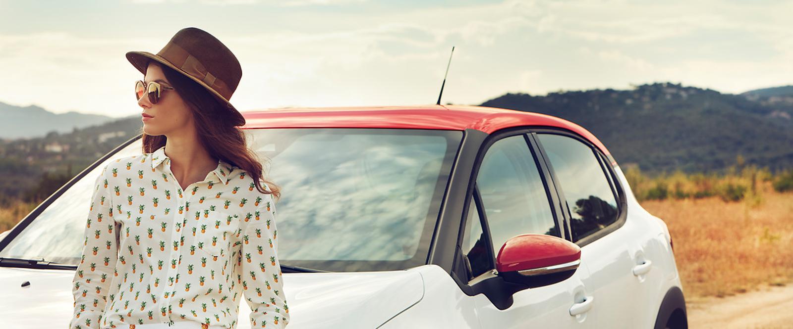 Mujer sentada en coche