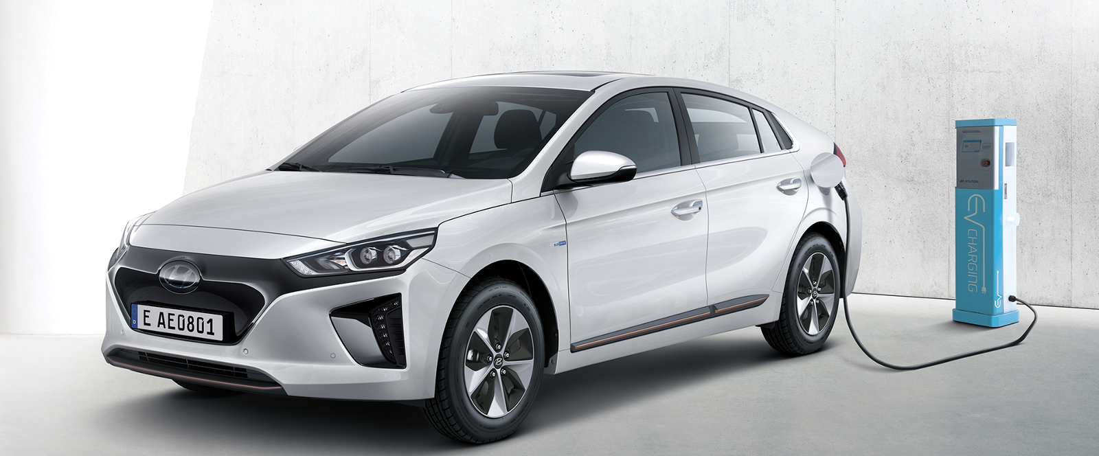 Hyundai ioniq blanco cargando