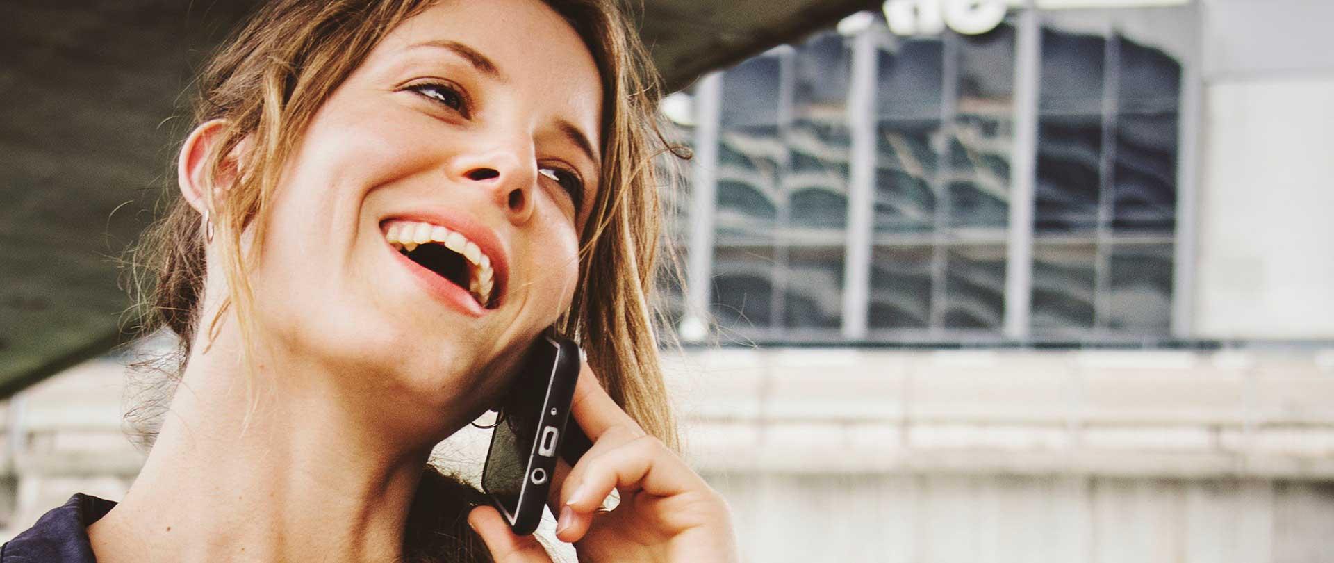 Comprador llamando por el móvil