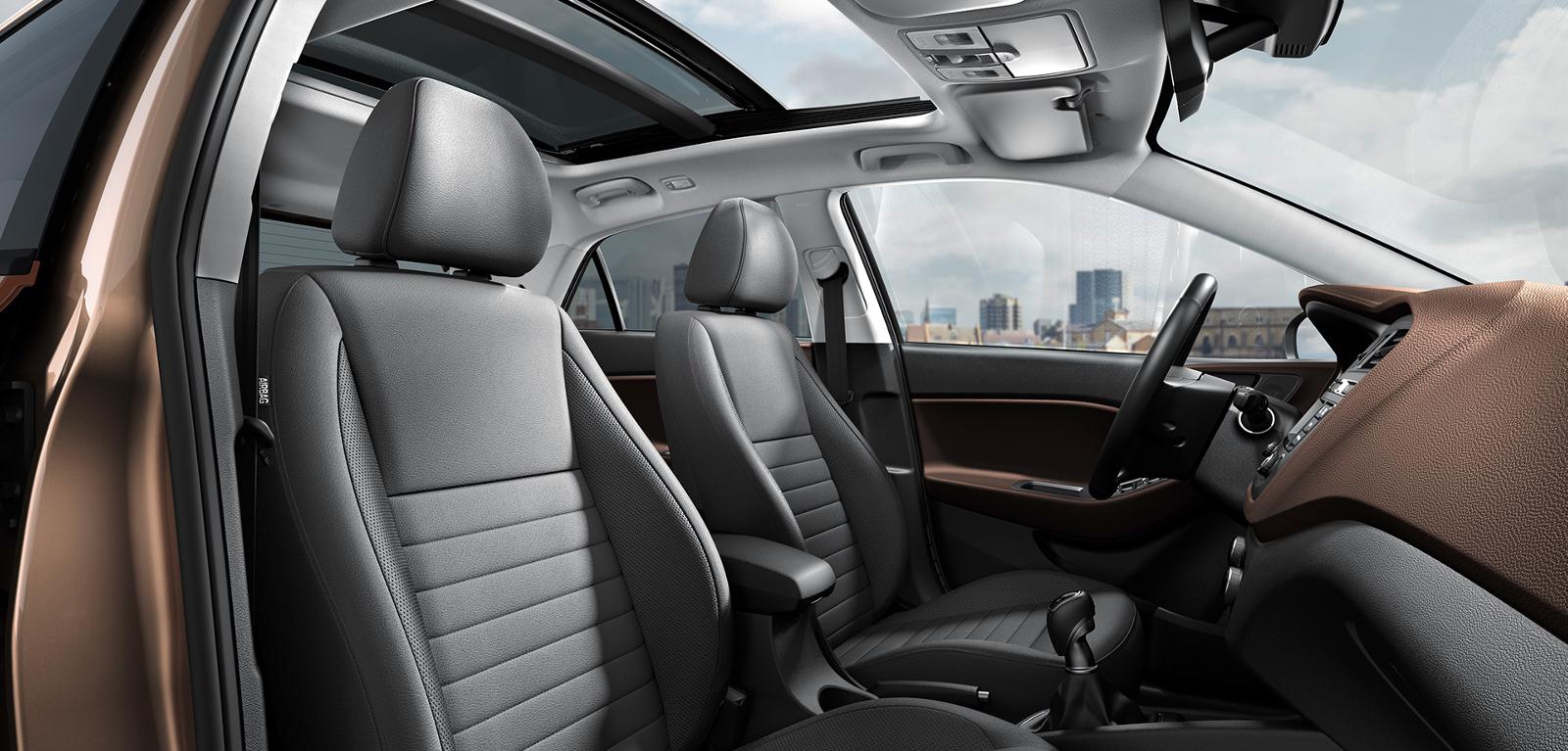 Interior Hyundai i20 con asientos negros