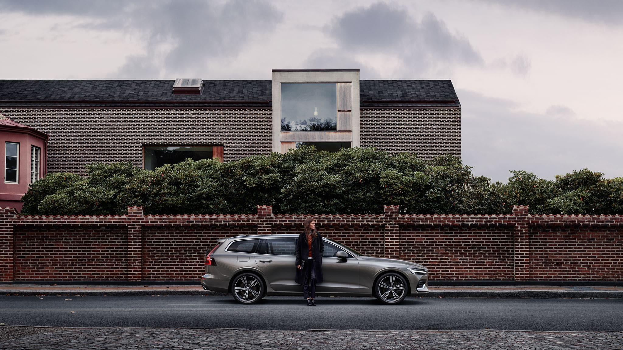 Lateral Volvo v60 aparcado