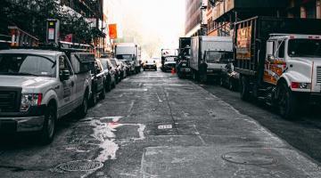 coches en una calle aparcados