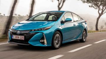 Toyota prius azul en carretera