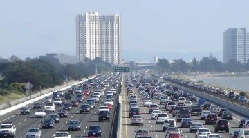 coches por una carretera