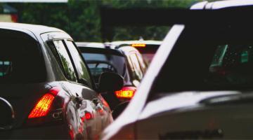 coches aprados en carretera