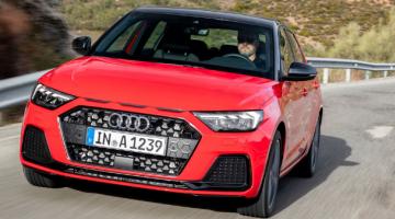 Audi A1 rojo en carretera