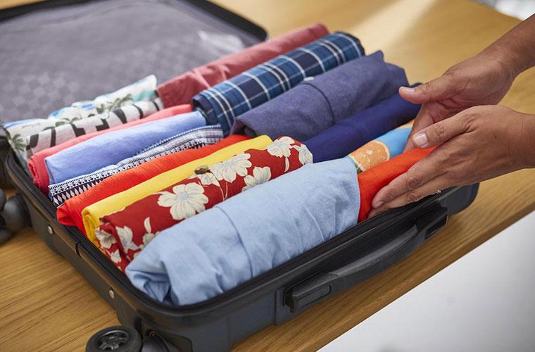 Ejemplo de maleta con la ropa organizada según el método KonMari